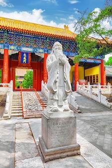 Beijing.china의 공자묘에 있는 위대한 중국 철학자 공자의 동상.