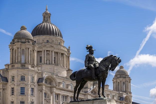 Статуя эдуарда vii за пределами здания royal liver в ливерпуле, англия