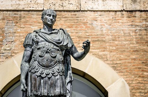 리미니-이탈리아의 가이우스 율리우스 카이사르의 동상