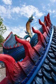 Mukdahan 지방, 태국에서 푸 manorom 사원에서 푸른 하늘 구름과 거 대 한 태국 나가 동상.
