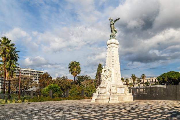 Статуя богини ники в ницце, франция. памятник столетнему юбилею, построенный в 1893 году. символ города.