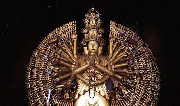 Статуя гуаньинь тысяча рук в китайском храме