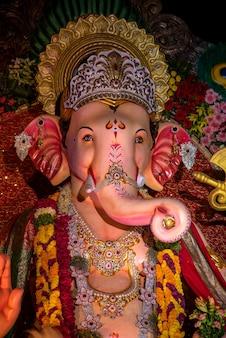 ヒンドゥー教の神ガネーシャの像。ガネーシャフェスティバル期間中のアーティストのワークショップでのガネーシャアイドルのクローズアップ。