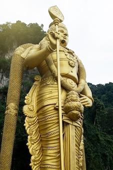 Статуя индуистского бога мурагана в пещерах бату, куала-лумпур.