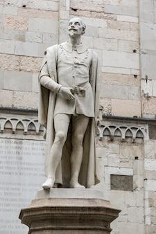 1860年にアレッサンドロカヴァッツァによって作られた、イタリアのモデナにあるイタリアの詩人アレッサンドロタッソーニの像