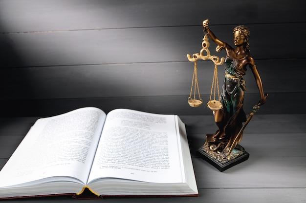 회색 배경에 정의와 책의 동상