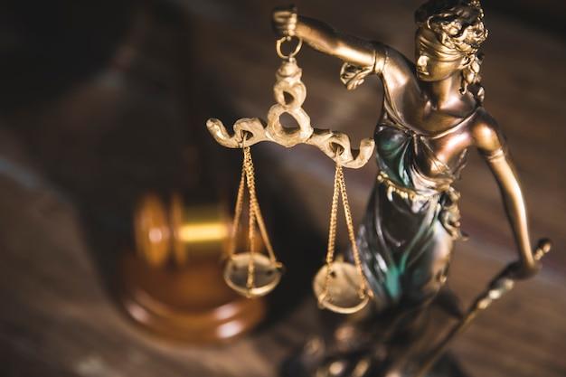 木製のテーブルの上の正義とガベルの像