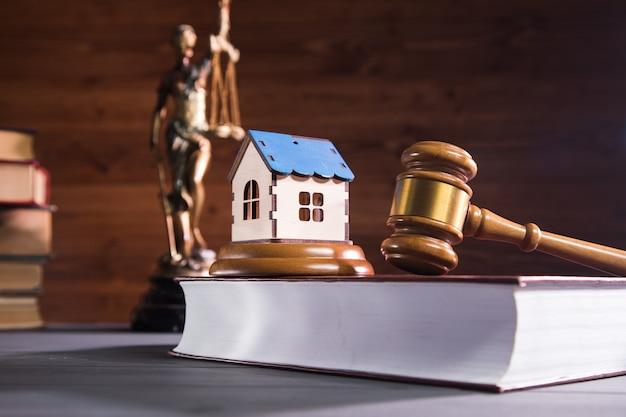 正義、家、小槌の像。家族訴訟