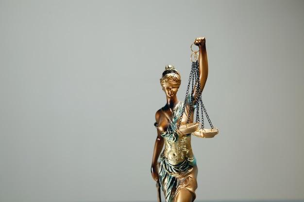 Статуя правосудия на сером фоне