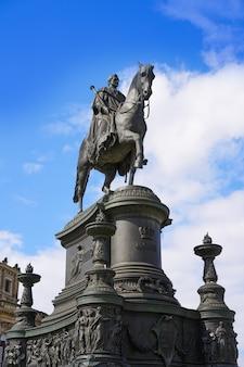 Статуя короля иоганна на театральной площади дрездена