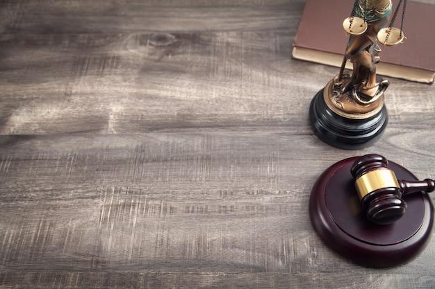 Статуя леди юстиции, книга и молоток.