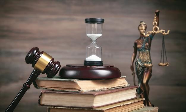 正義の女神の像、砂時計、本、ガベル。