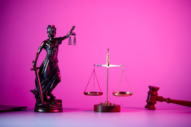 보라색 네온에 비늘이 있는 정의의 여신상. 정의와 법의 상징.