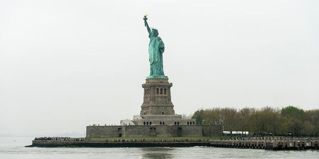 Статуя свободы, остров свободы, порт нью-йорка, манхэттен, нью-йорк, штат нью-йорк, сша