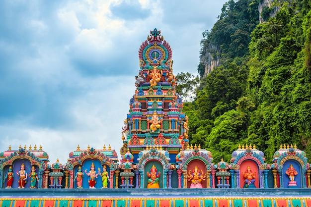 Статуя лорда мурагана и вход в пещеры бату в куала-лумпуре, малайзия.