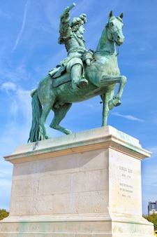 베르사유에 있는 프랑스의 태양왕 루이 14세의 동상.