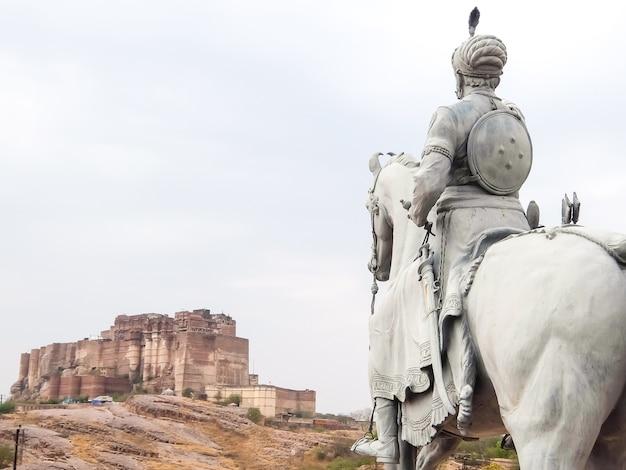 背景にあるラオジョダとメヘランガール城塞の像。ジョードプル、インド。