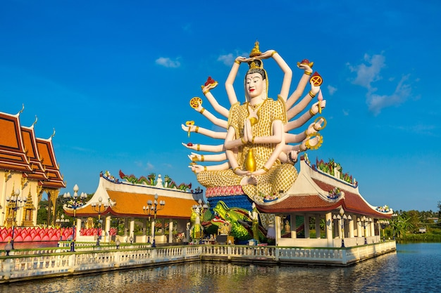 Статуя шивы в храме ват плай лаем, самуи, таиланд
