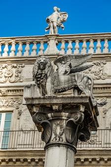 イタリア、ヴェローナのエルベ広場にある、ヴェネツィア共和国のシンボルであるサンマルコのライオンの像