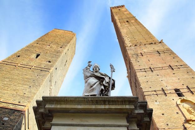 Статуя св. петрония и две древние башни в болонье