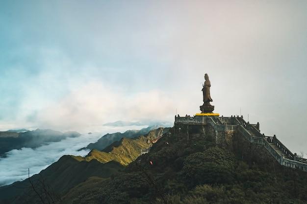 ファンシーパン山の菩薩像インドシナで最も高い山の頂上背景ベトナム、サパの青い空と雲の美しい景色。