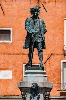 1883年のアントニオ・ダル・ゾットによるイタリア、ヴェネツィアの偉大なイタリアの劇作家カルロ・ゴルドーニの像