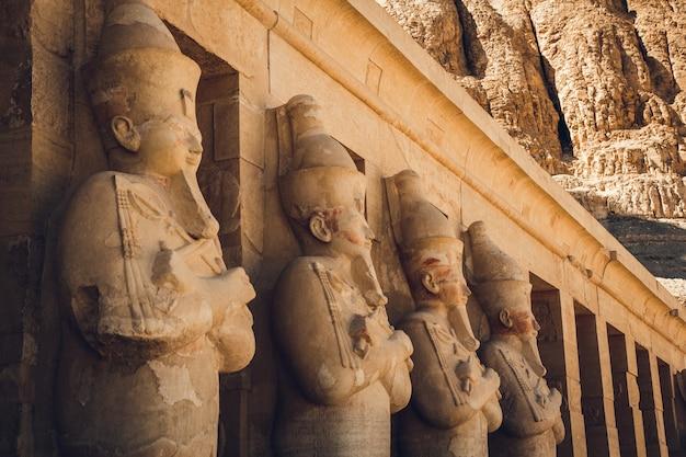 이집트 하트셉수트 신전에 있는 파라오 하트셉수트의 동상.