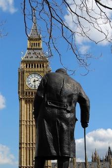 ウィンストン・チャーチルやビッグ・ベンの彫像