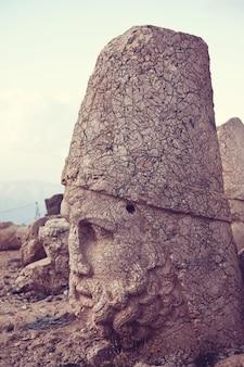 터키의 nemrut 산에 동상