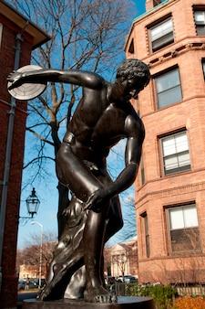 Статуя на кампусе гарвардского университета в бостоне, массачусетс, сша