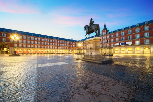 Statue of philip iii on plaza mayor. historical building in plaza mayor area at madrid, sp