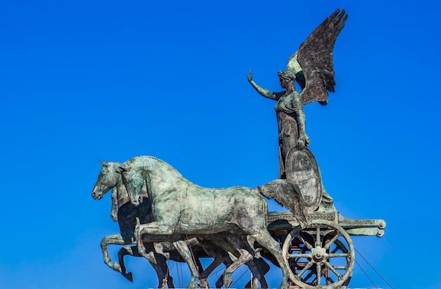 Statue quadriga dell'unita on vittoriano in rome, italy