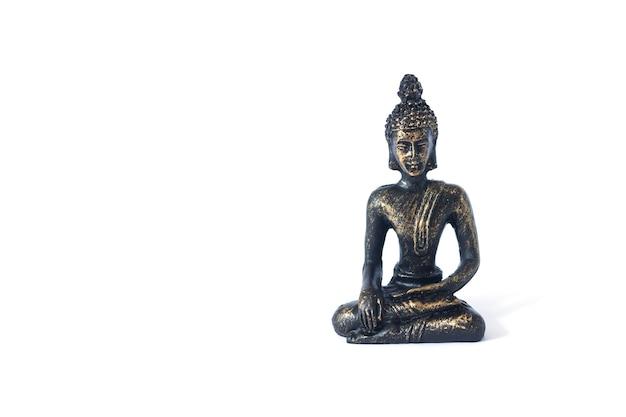 흰색 배경에 고립 된 명상 부처님에 앉아 동상