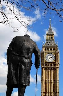 Statua di winston churchill e il big ben a londra