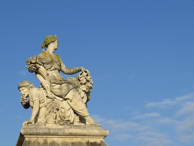 푸른 하늘과 구름이 있는 동상