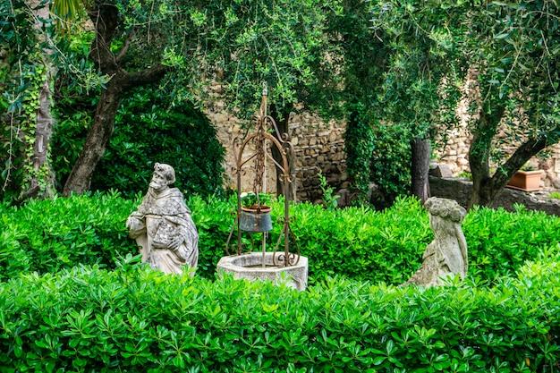 イタリア、ロンバルディア州のガルダ湖(ガルダ湖)のほとりにある小さな町、シルミオーネの美しい庭園の彫像