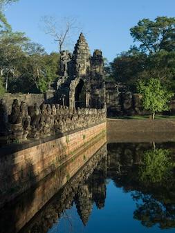 Статуи на мосту южных ворот и ворота ангкор-тома, кронг сием-рип, сием-рип, камбоджа