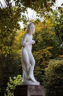 Статуи в общественном парке осенью