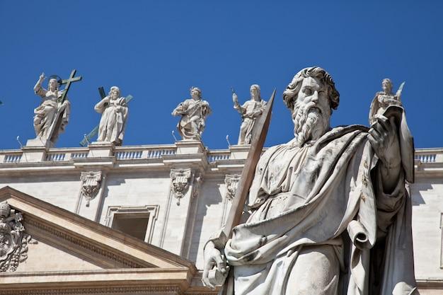 푸른 하늘을 배경으로 한 성 베드로 광장(로마, 이탈리아)의 동상