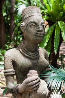 Le statue in un moderno hotel di lusso, samui, thailandia
