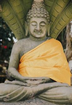 Статуи будды в phra phutta ming mongkol akenakiri в таиланде на пхукете. концепция музея большого будды.