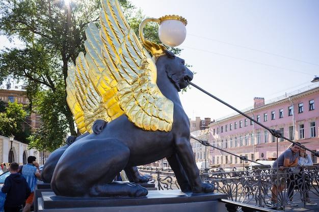 2020년 8월 상트페테르부르크 은행 다리에 있는 황금 날개 사자 동상.