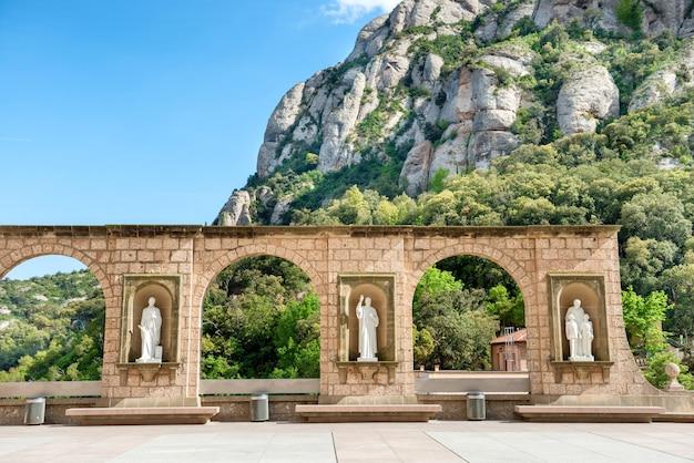 スペイン、バルセロナのモントセラト修道院の広場にある彫像