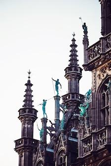 ブリュッセル市庁舎の上に彫像