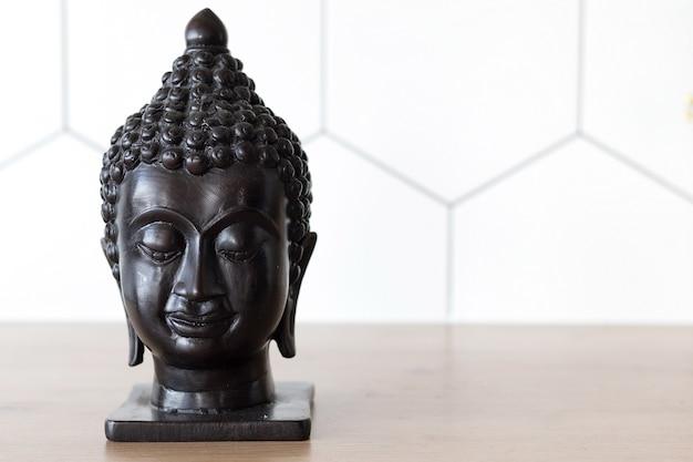 Статуэтка головы будды, место для текста