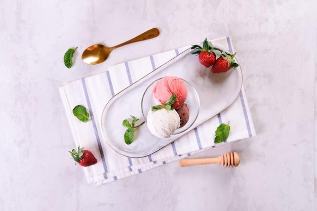 スタウベリーバニラアイスクリームフラットレイ
