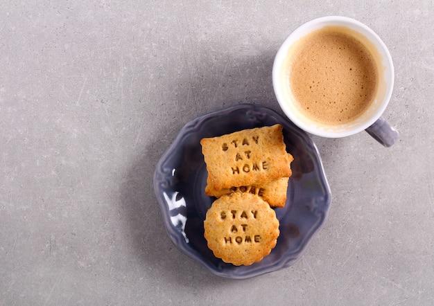 Оставайся дома, печенье и чашка кофе