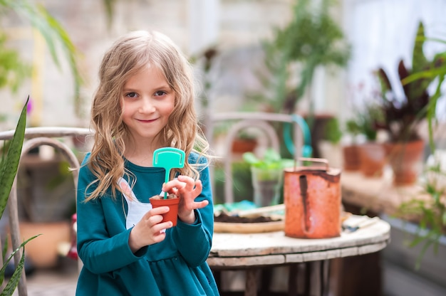 家にいる。温室での家庭菜園。