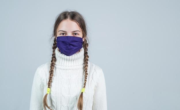 家にいる。 covid19の症状。女の子はigg免疫検査が必要です。ウイルス性肺炎。コピースペース。呼吸マスクを着用している患者の子供。コロナウイルスパンデミック発生時の安全保護アイテム。
