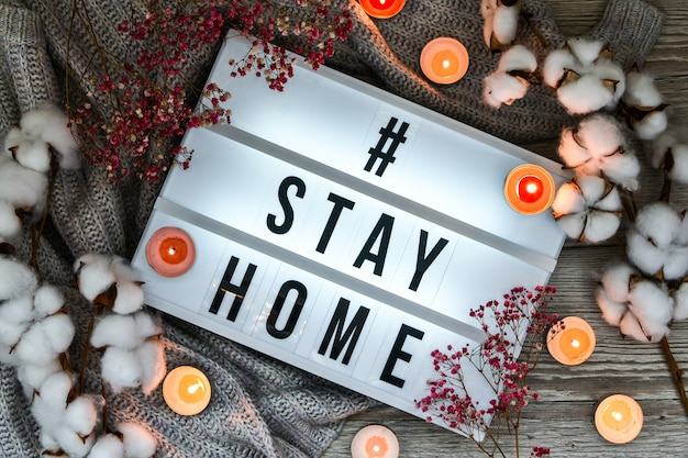 스웨터 촛불 말린 꽃 장식의 배경으로 가벼운 상자에 집에 텍스트